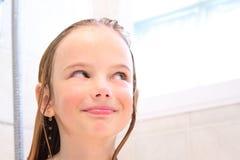 Ragazza felice in acquazzone fotografia stock libera da diritti