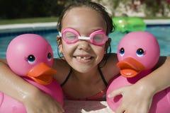 Ragazza felice al Poolside immagine stock