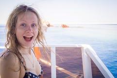 Ragazza felice al viaggio per mare Immagine Stock