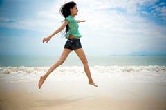 Ragazza felice alla spiaggia Fotografia Stock