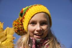 Ragazza felice in autunno Foglie immagini stock