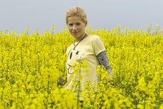 Ragazza felice bella su un campo giallo immagine stock libera da diritti