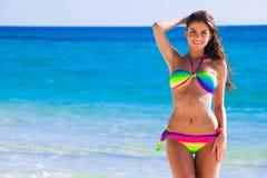 Ragazza felice in bikini alla spiaggia immagine stock libera da diritti