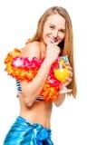 Ragazza felice in bikini con la decorazione dai fiori Immagine Stock