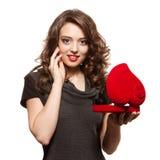 Ragazza felice che apre un regalo il biglietto di S. Valentino \ 'il giorno di s Fotografia Stock