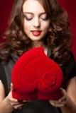 Ragazza felice che apre un regalo il biglietto di S. Valentino \ 'il giorno di s Fotografie Stock