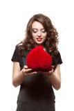 Ragazza felice che apre un regalo il biglietto di S. Valentino \ 'il giorno di s Immagini Stock Libere da Diritti