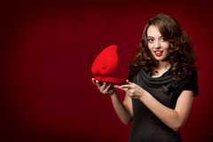 Ragazza felice che apre un regalo il biglietto di S. Valentino \ 'il giorno di s Immagine Stock
