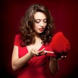 Ragazza felice che apre un regalo il giorno del biglietto di S. Valentino Fotografia Stock Libera da Diritti