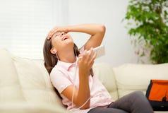 Ragazza felice che ascolta la musica dal telefono cellulare Immagine Stock Libera da Diritti