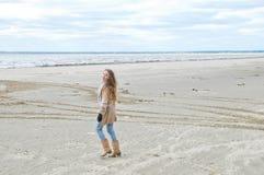 Ragazza felice che cammina sulla spiaggia Fotografia Stock