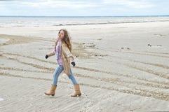 Ragazza felice che cammina sulla spiaggia Fotografia Stock Libera da Diritti