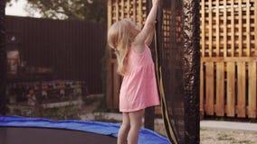 Ragazza felice che corre al trampolino ed al salto Azione divertente in 4k, UHD video d archivio