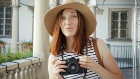 Ragazza felice che fa foto con la macchina fotografica video d archivio