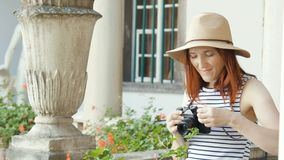 Ragazza felice che fa foto con la macchina fotografica stock footage