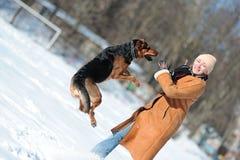 Ragazza felice che gioca con il cane Fotografia Stock Libera da Diritti