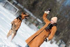 Ragazza felice che gioca con il cane Immagine Stock Libera da Diritti