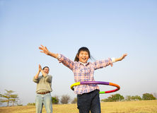 Ragazza felice che gioca i hula-hoop immagine stock libera da diritti
