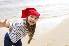 Ragazza felice che gioca sulla spiaggia Immagini Stock