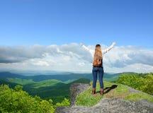 Ragazza felice che gode del tempo sul viaggio della montagna Fotografie Stock Libere da Diritti