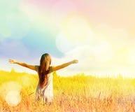 Ragazza felice che gode della felicità sul prato soleggiato Fotografia Stock