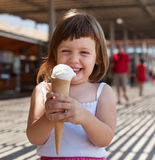 Ragazza felice che mangia il gelato Fotografie Stock Libere da Diritti