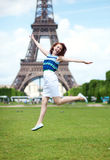 Ragazza felice che salta vicino alla Torre Eiffel Fotografia Stock