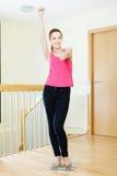 Ragazza felice che si leva in piedi sulle scale di stanza da bagno Fotografie Stock