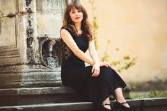 Ragazza felice che si siede sull'le scale Fotografia Stock Libera da Diritti