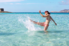 Ragazza felice che spruzza il mare cristallino, La Pelosa, Sardegna, Italia Fotografia Stock Libera da Diritti