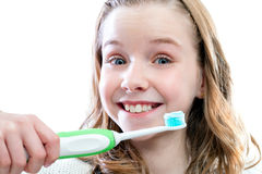 Ragazza felice circa per pulire i denti Fotografia Stock Libera da Diritti