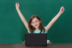 Ragazza felice con il computer portatile in aula Fotografia Stock