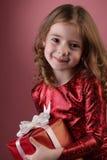 Ragazza felice con il contenitore di regalo Fotografia Stock Libera da Diritti