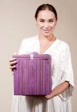 Ragazza felice con il contenitore di regalo Immagini Stock