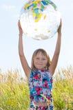 Ragazza felice con il grande globo Fotografie Stock Libere da Diritti