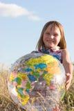 Ragazza felice con il grande globo Fotografia Stock