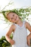Ragazza felice con il guidacarta del fiore. fotografia stock libera da diritti
