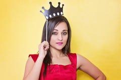 Ragazza felice con il puntello della foto della corona per il partito Fotografie Stock Libere da Diritti