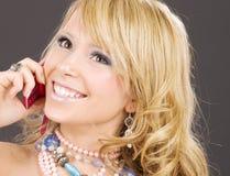 Ragazza felice con il telefono dentellare Fotografia Stock