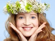 Ragazza felice con la parte superiore del fiore fotografie stock libere da diritti