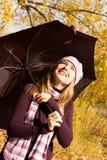 Ragazza felice con un ombrello fotografie stock libere da diritti