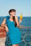 Ragazza felice con una bevanda Fotografia Stock