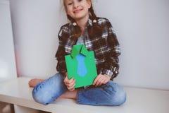 Ragazza felice del bambino che fa la cartolina d'auguri per il giorno di padri Fotografia Stock