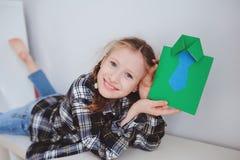 Ragazza felice del bambino che fa la cartolina d'auguri per il giorno di padri Immagini Stock Libere da Diritti