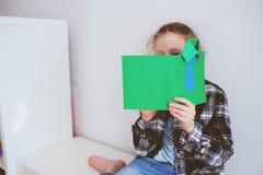 Ragazza felice del bambino che fa la cartolina d'auguri per il giorno di padri Immagine Stock Libera da Diritti
