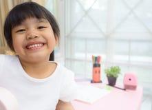 Ragazza felice del bambino con i libri a casa Fotografie Stock Libere da Diritti