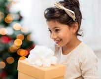 Ragazza felice del bambino con il contenitore di regalo Immagini Stock