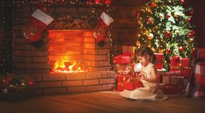 Ragazza felice del bambino con il regalo di natale a casa Immagini Stock Libere da Diritti