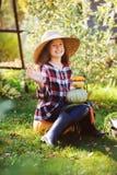 Ragazza felice del bambino dell'agricoltore che seleziona il raccolto domestico fresco della carota di crescita Fotografia Stock Libera da Diritti