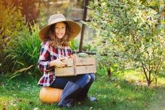 ragazza felice del bambino dell'agricoltore con il raccolto di autunno - zucche, carote e zuccini organici Fotografia Stock Libera da Diritti